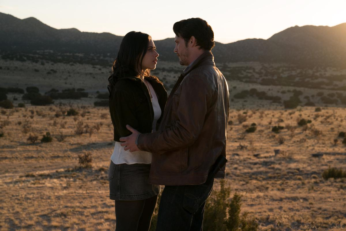 "Roswell, New Mexico -- ""Pilot"" -- Image Number: ROS101b_0272ra.jpg -- Pictured (L-R): Jeanine Mason as Liz Ortecho and Nathan Parsons as Max Evans -- Photo: Ursula Coyote/The CW -- �© 2018 The CW Network, LLC. All rights reserved"