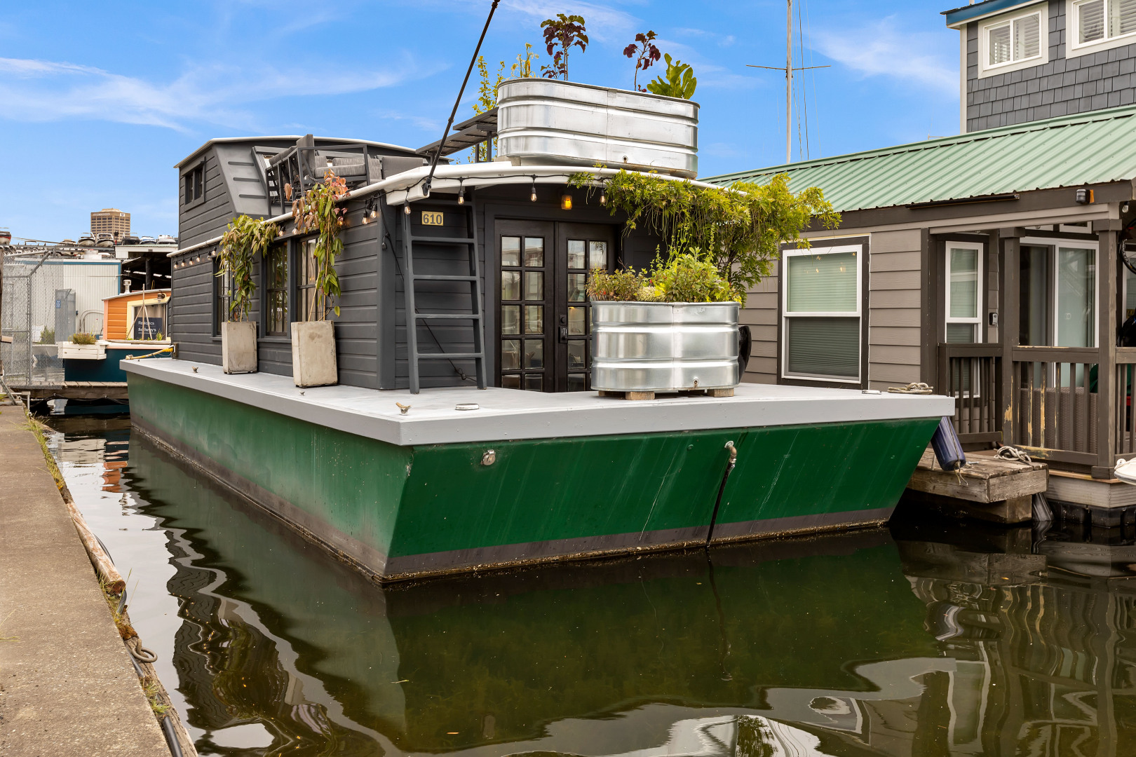 "This stunning houseboat ""Peace"" on Lake Union is{&nbsp;}New York meets Seattle! Full of natural light and gray tones, Peace features an open layout, warm wood details, a large jet tub, washer & dryer and large rooftop deck. Built in 1987, Peace comes in at 504 square feet and is listed for $395,000,{&nbsp;}<a  href=""https://1611412.rsir.homes/"" target=""_blank"">more info online</a>. (Image:{&nbsp;}<a  href=""https://www.instagram.com/apnwphotographer/"" target=""_blank"">Nicolas Gerlach / @apnwphotographer</a>)"