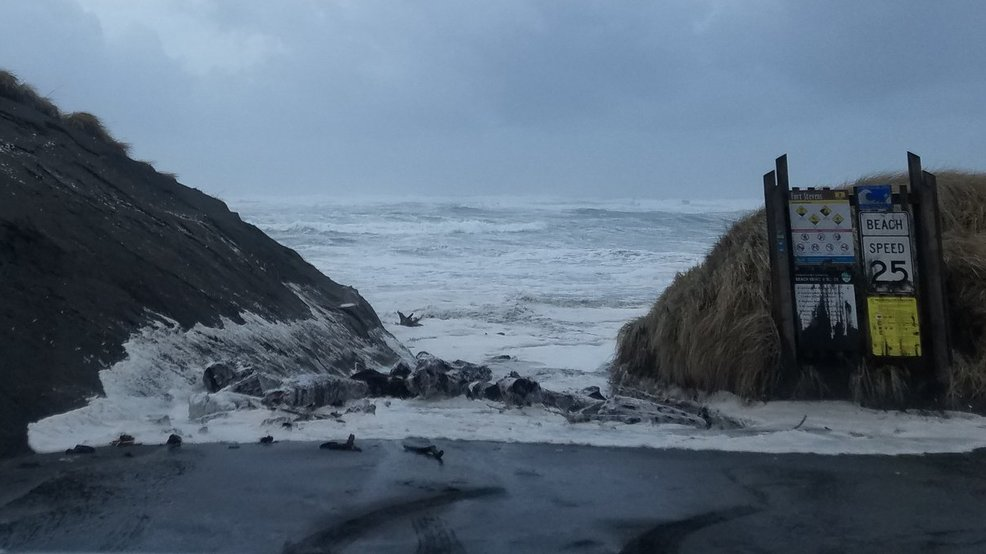 High surf rocks Oregon Coast, threatening lives and ...