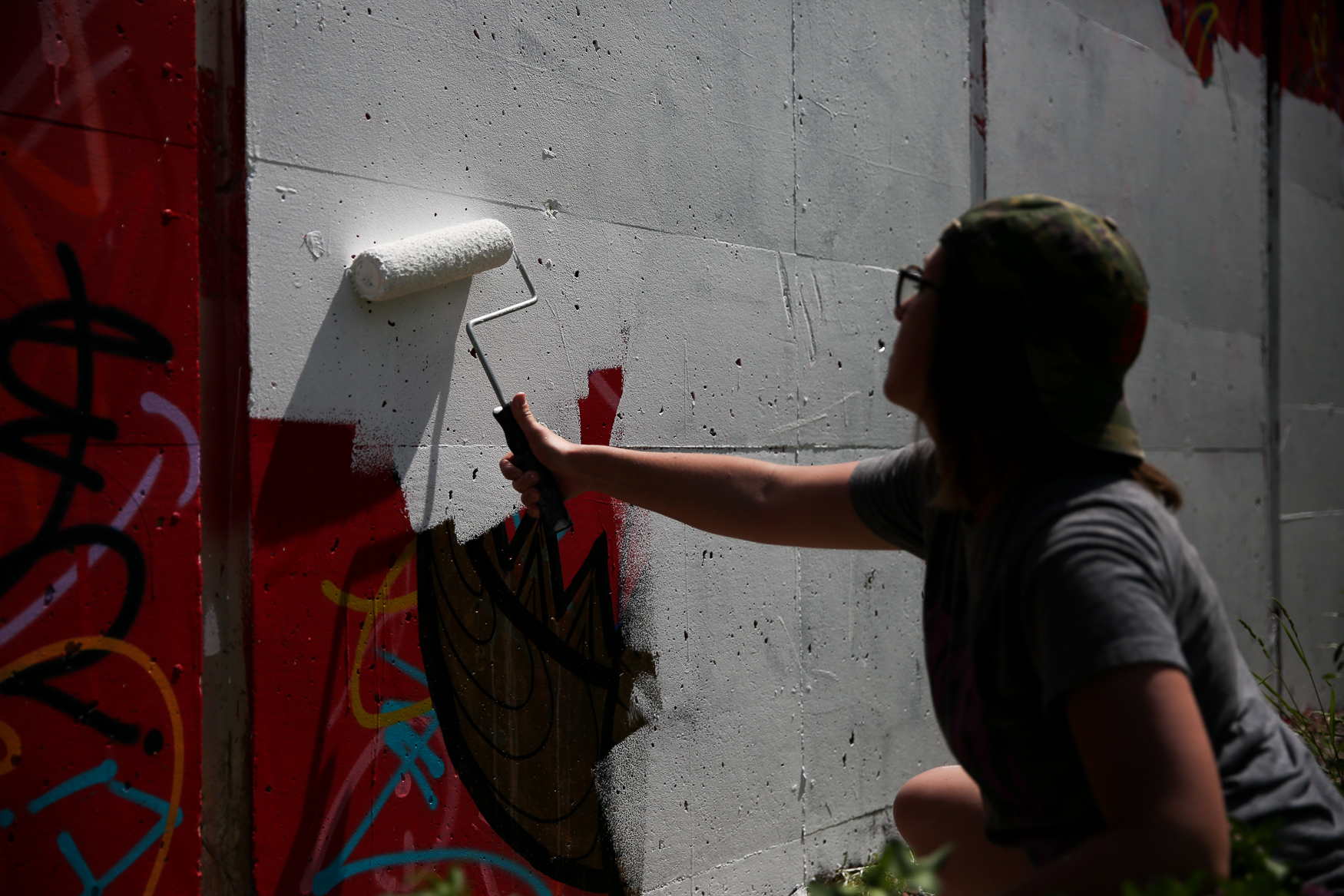 Sarah Jamison, a local artist, works on her mural on the MBT trail. (Amanda Andrade-Rhoades/DC Refined)