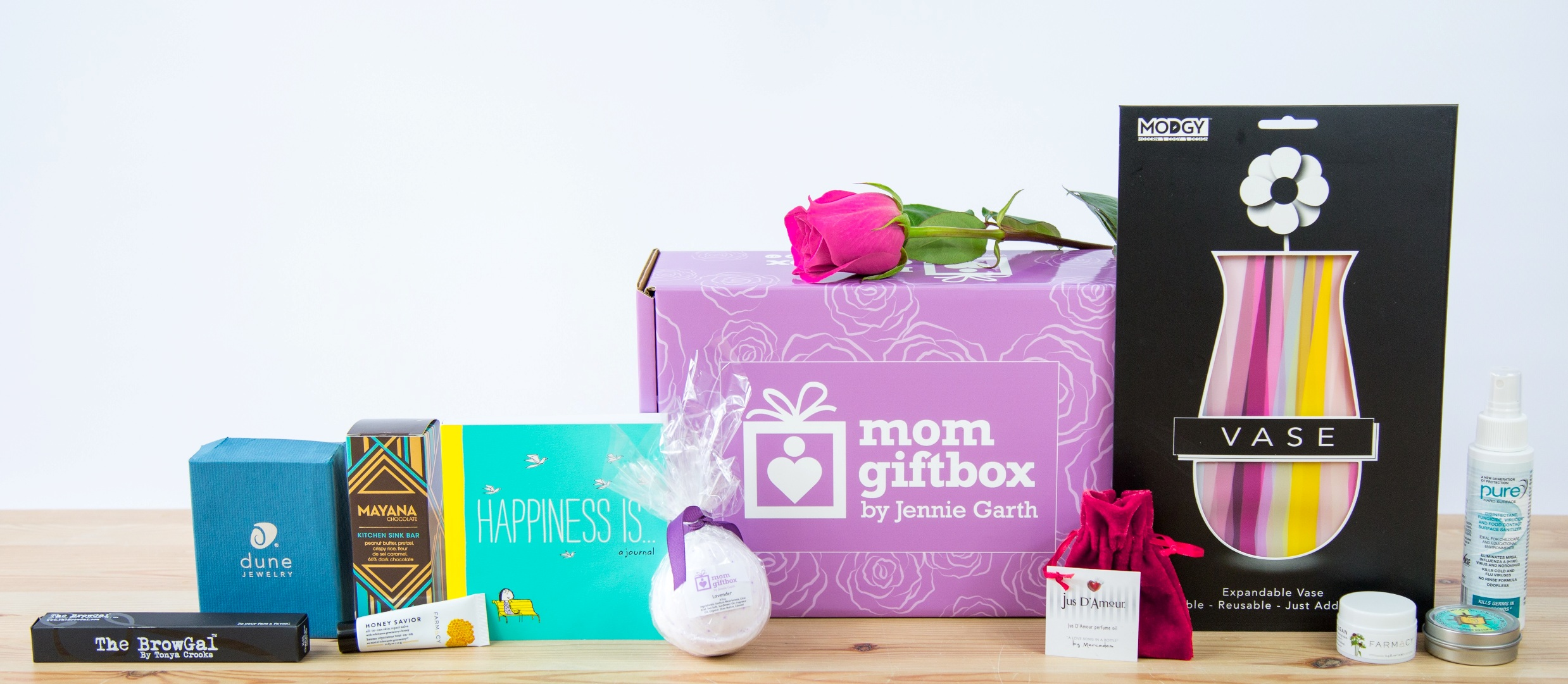 "Actress Jennie Garth's MomGiftBox  – an online subscription box of products to pamper, indulge and inspire moms with every purchase benefiting a charity. Use promo code ""Lovemom"" for a discount on your purchase. Purchase at momgiftbox.com // (Photo: PAPYRUS)"