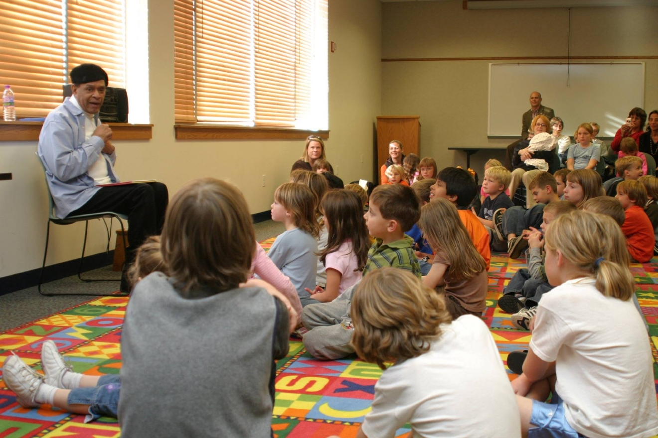 Al Jarreau reads to children at the Ripon Public Library in 2006. (Photo courtesy Ripon College)
